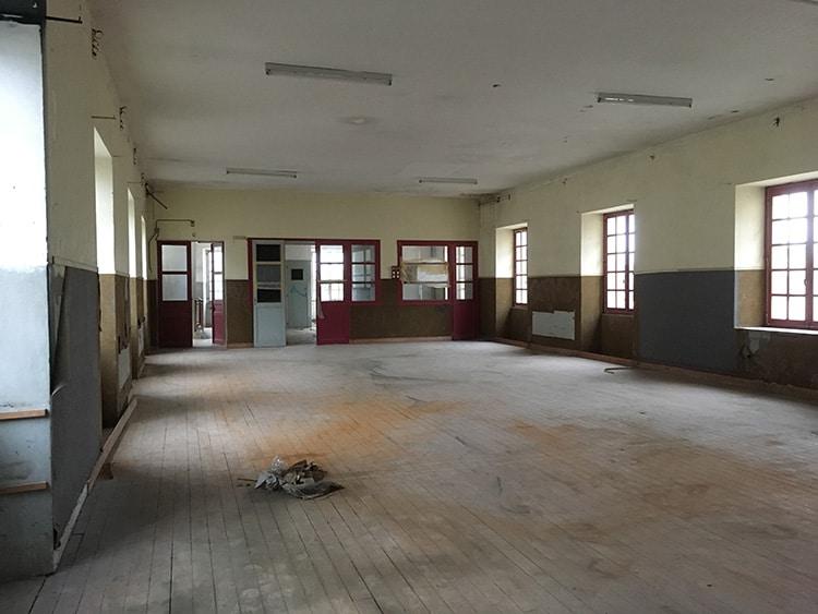 Etat initial : un grand plateau avec dans le fond une ancienne chambre de surveillant et des sanitaires
