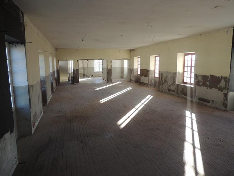 Etat après les travaux des parents : dépose des sanitaires et du carrelage, démolition des cloisons, décollage de la moquette murale, dépose de l'installation électrique