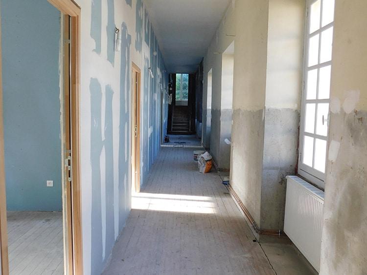Etat actuel : cloisons montées, chauffage et électricité installés. De la fin juin à la fin juillet, 3 entreprises ornaises sont intervenues pour que nos nouvelles salles de classe soient prêtes pour la rentrée.